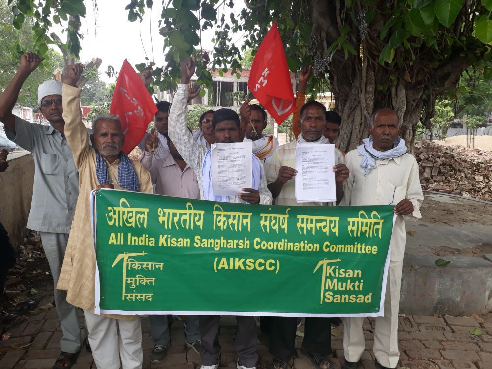 Farmers submit memorandum for assured MSP, loan waiver