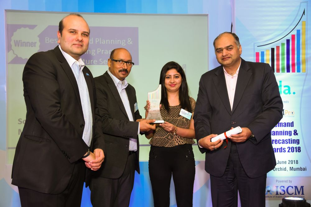 Ankur Jaipuria and Neeta Israni from SLCM receives the award from Vishal Dhawan and Rakesh Singh Chairman of ISCM