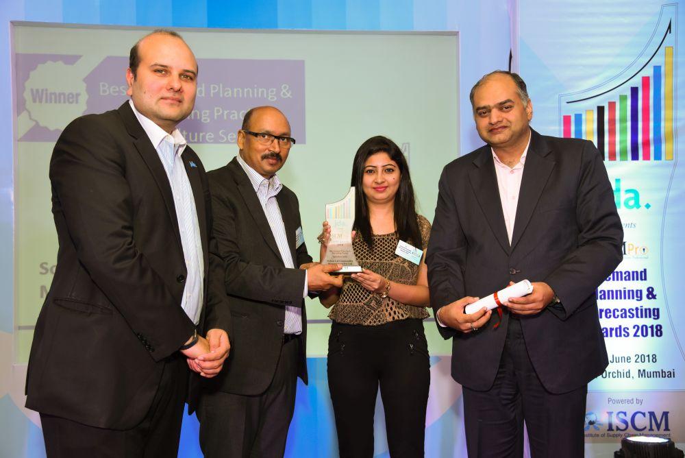 Ankur Jaipuria and Neeta Israni from SLCM receives the award from Vishal Dhawan and Rakesh Singh Chairman of ISCM